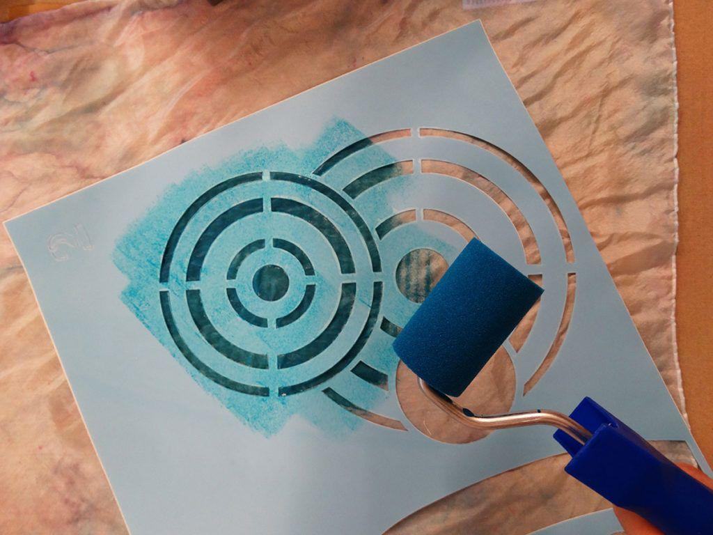 DIY: Slikanje na svilo s pomočjo šablone
