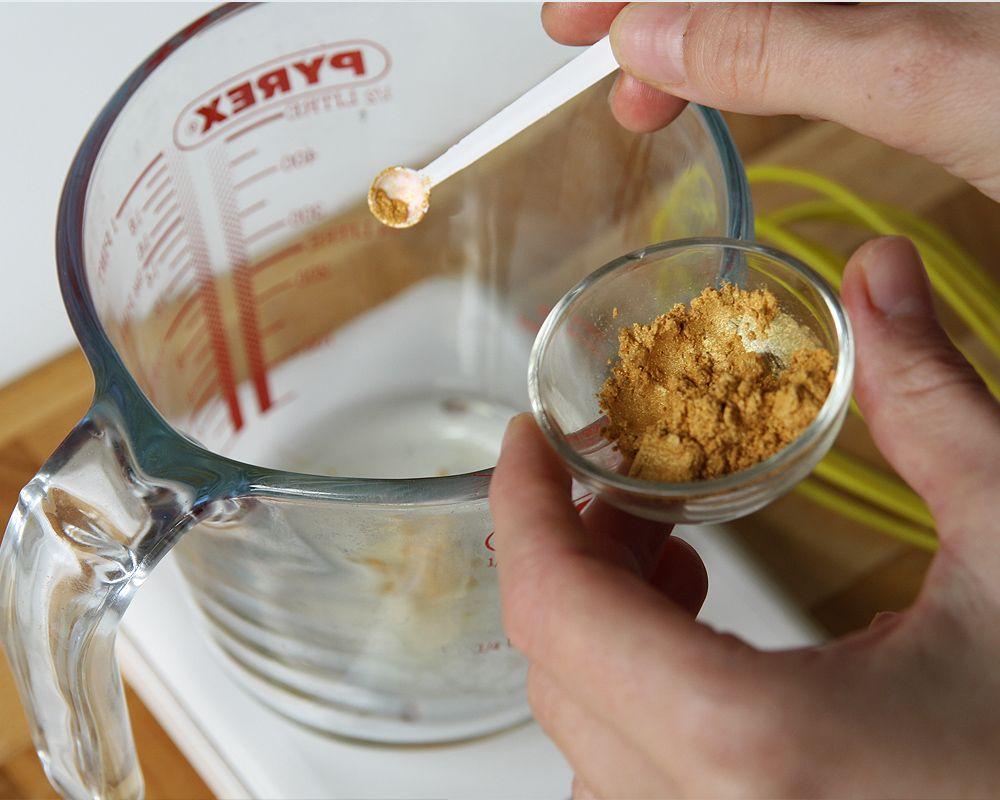 DIY: Suho olje za telo s svetlikajočim se zlatim učinkom