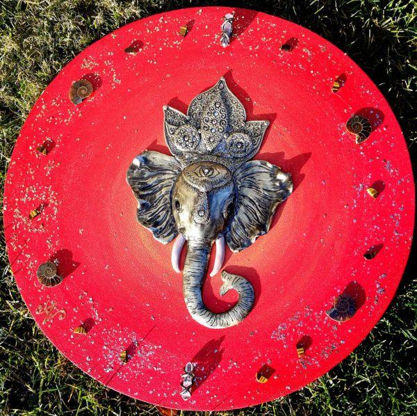 Natalija Adamič: Ustvarja slike s starodavnimi simboli, božanstvi in predmeti mističnih moči