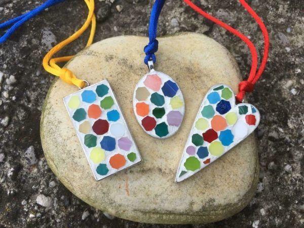 Mozaični nakit z drobnimi umetniškimi detajli