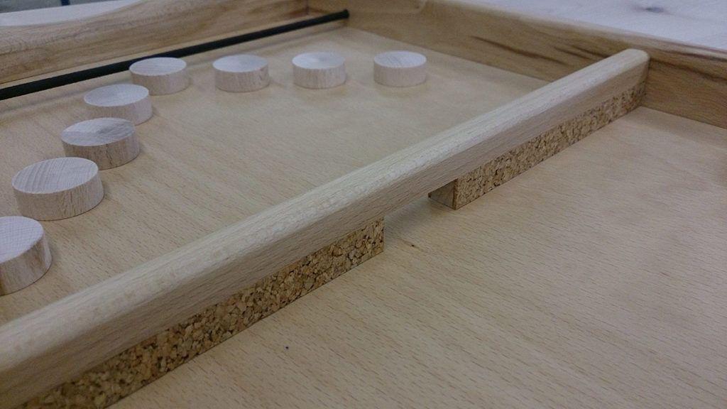 Strelastika je lesena namizna prstostrelka