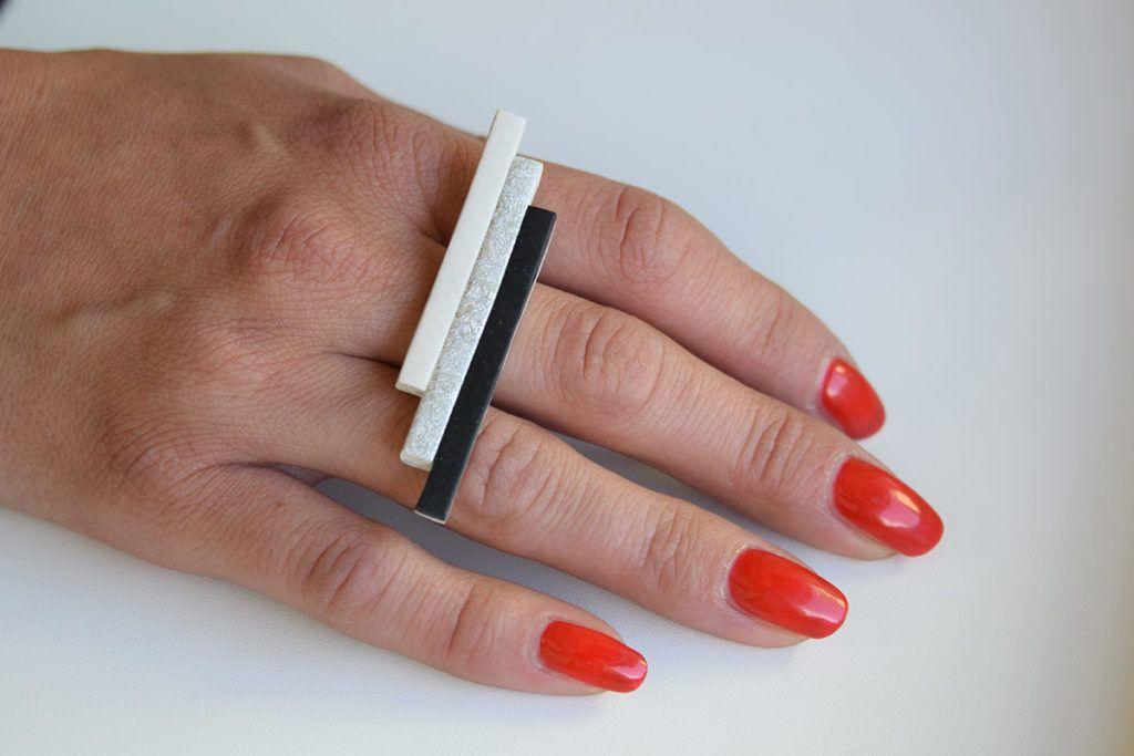 Erika Koprivec: Rdeča nit nakita je črna barva in kovinski odtenki