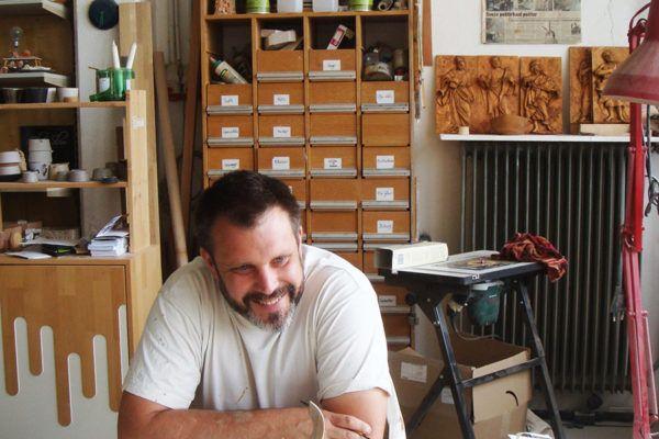 Kipar, ki ustvarja estetske izdelke iz lesa