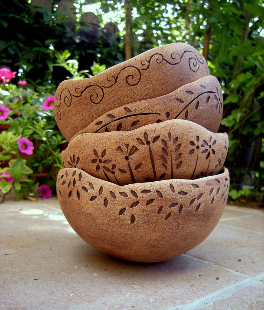 5. Mojca Rabič: Sklede izdelane v različnih tehnikah in iz različnih barv gline