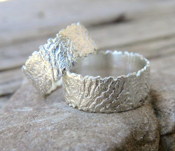 Pravnica, ki ustvarja kovinski nakit