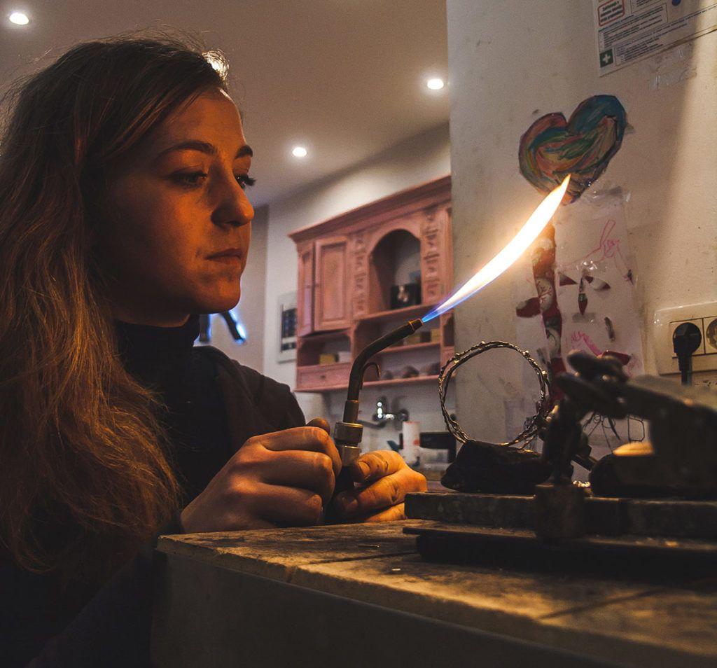 Lara Podvršič – Pri obdelovanju plementih kovin se počuti izpopolnjeno