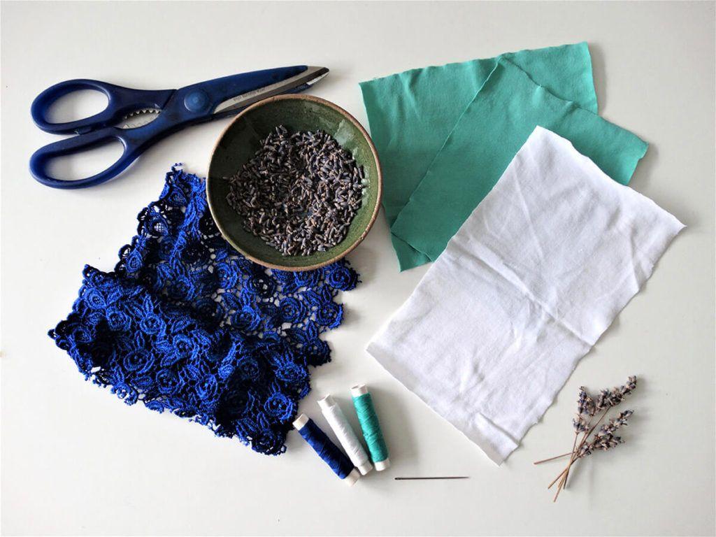DIY: Čipkasta blazinica s sivko – potrebščine