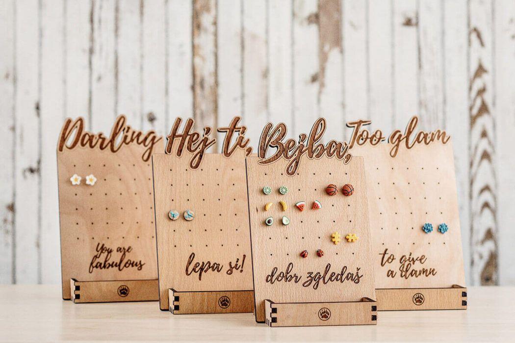 Stojala za miniaturni nakit s simpatičnimi sporočili