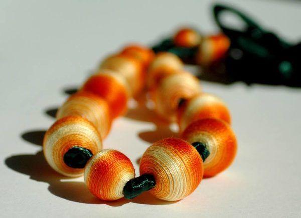 Lea Madarasi: Lesene kroglice ovija v bombažno nit