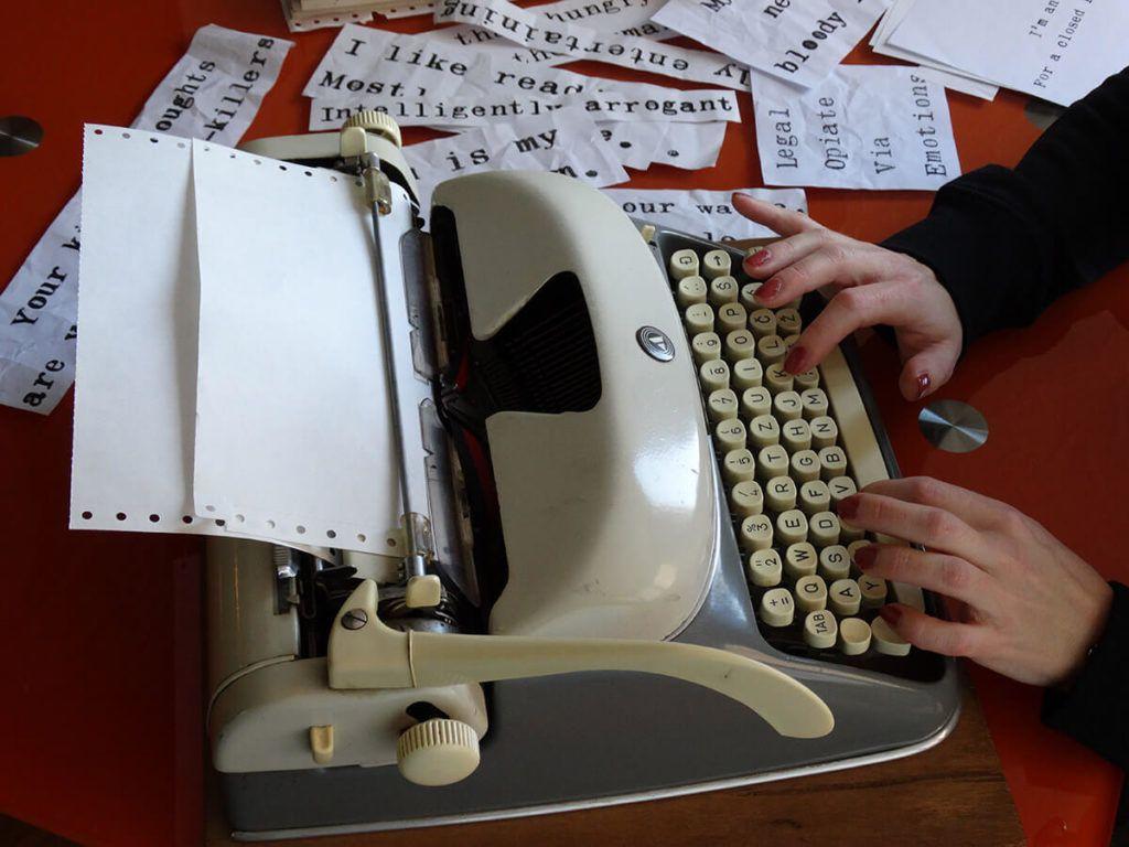 Citati nastajajo na starinskem pisalnem stroju